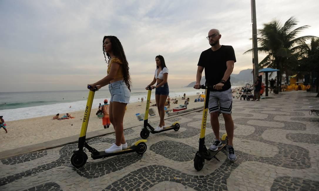 Entre principais medidas, estão a proibição do uso de calçadas para a circulação e a falta de obrigatoriedade no uso de capacetes Foto: BRENNO CARVALHO / Agência O Globo