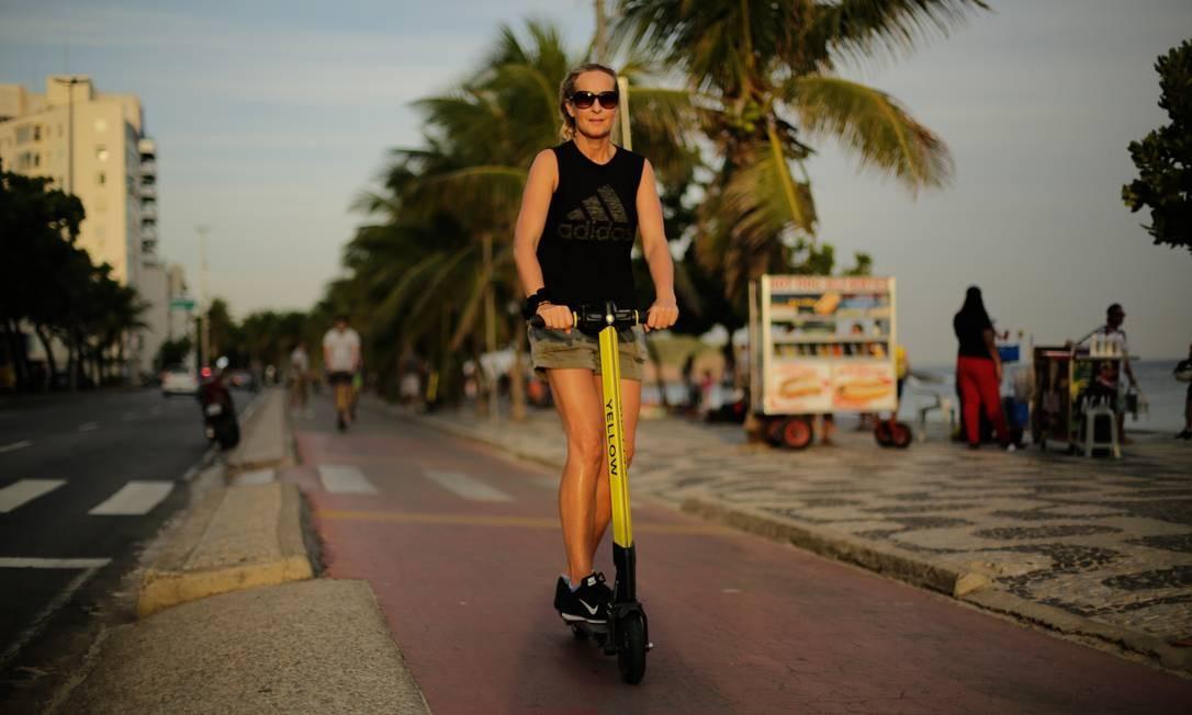 Circulação está autorizada em ciclovias, ciclofaixas, parques urbanos, praças públicas e vias fechadas ao lazer no limite de 6 km/h Foto: BRENNO CARVALHO / Agência O Globo