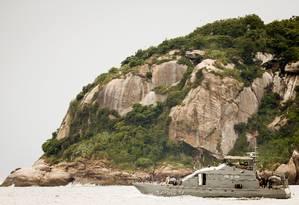Em março, embarcação da Marinha fez buscas em área onde armas poderiam ter sido jogadas, no mar da Barra da Tijuca, próximo ao Quebra-mar, na região das Ilhas Tijucas Foto: Roberto Moreyra / Agência O Globo