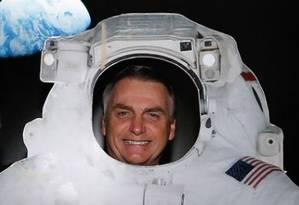 Jair Bolsonaro 'se veste' de astronauta e posa ao lado do ministro Marcos Pontes Foto: Carolina Antunes/Presidência da República