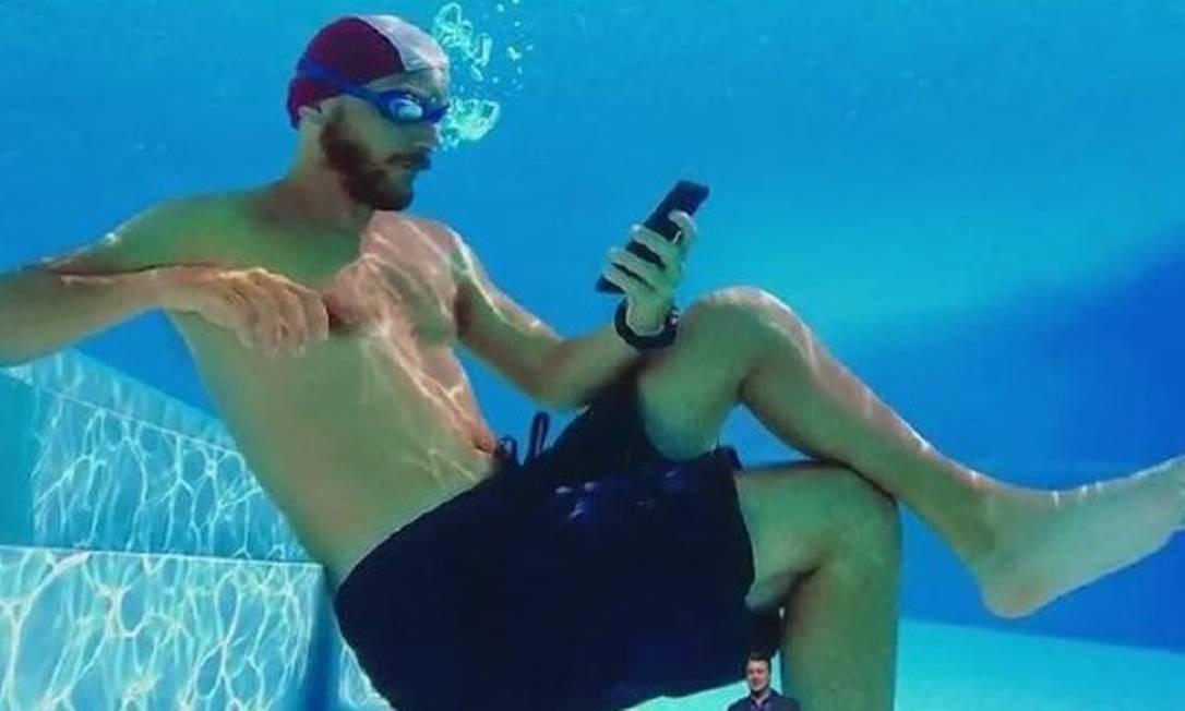 Comerciais da Samsung mostram uso dentro de smartphones dentro da água, em praias e piscinas Foto: Reprodução