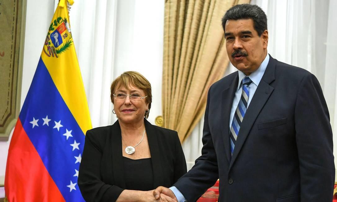 A alta comissária dos Direitos Humanos da ONU, Michelle Bachelet, ao lado do presidente Nicolás Maduro, após reunião em Caracas no mês passado Foto: YURI CORTEZ / AFP