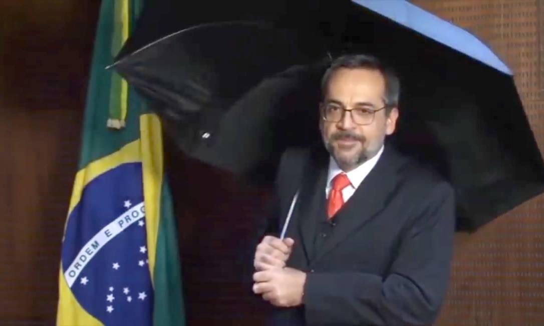 """O ministro Weintraub em vídeo divulgado em seu Twitter em 30 de maio, no qual, munido de um guarda-chuva e com gestos que imitam o clássico """"Singing in the rain"""", diz que """"está chovendo fake news"""" Foto: Reprodução"""