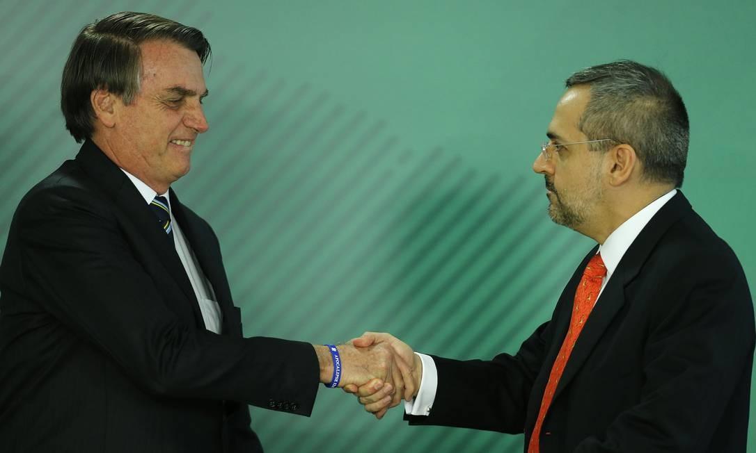 Abraham Weintraub cumprimenta o presidente Jair Bolsonaro ao tomar posse como ministro da Educação, em 9 de abril Foto: Jorge William / Agência O Globo