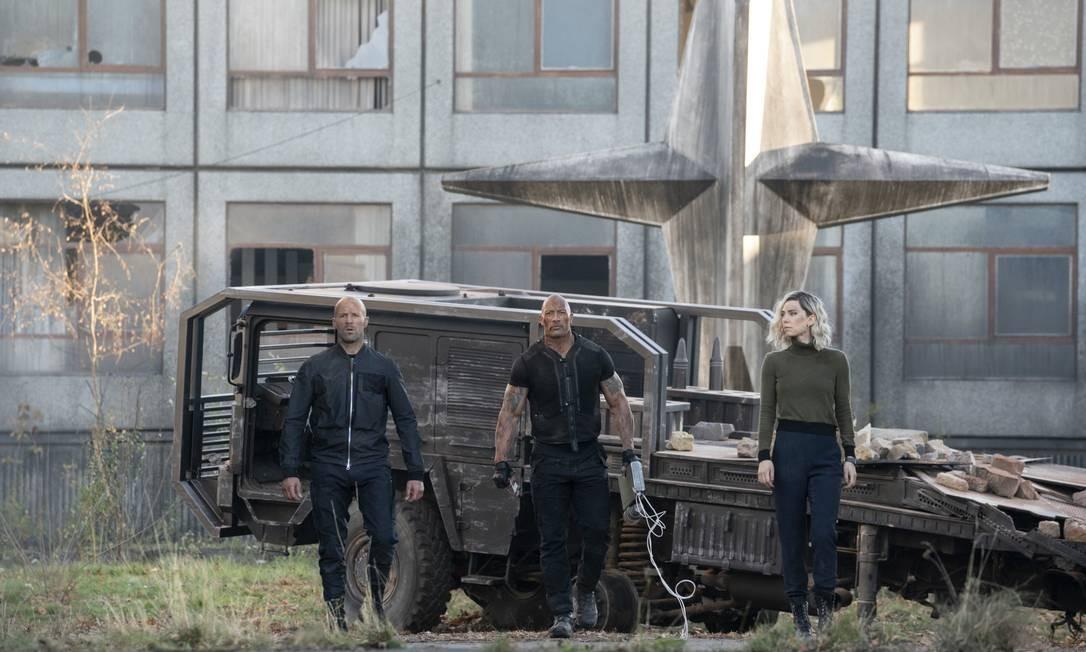 A união faz a força: Deckard Shaw (Jason Statham) e Luke Hobbs (Dwayne Johnson) não á toa dão nome ao novo episódio Foto: Daniel Smith / Cláudia Amorim