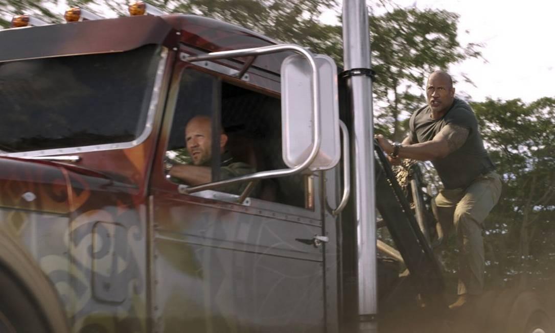 Os personagens Deckard Shaw (Jason Statham) e Luke Hobbs (Dwayne Johnson) são rivais, mas terão que se unir Foto: Universal Pictures / Cláudia Amorim