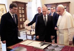 O Papa Francisco recebe o presidente russo Vladimir Putin no Vaticano. Reunião ocorreu na véspera de um encontro de lideranças da Igreja Católica Ucraniana, que deve ser marcado por críticas à Rússia Foto: ALEXEY DRUZHININ / AFP