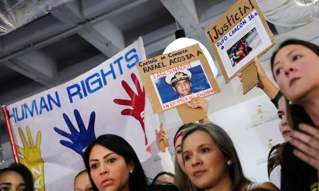 Venezuelanos protestam pela morte de Rafael Acosta, capitão da Marinha que faleceu sob a custódia do serviço secreto venezuelano Foto: STRINGER / REUTERS