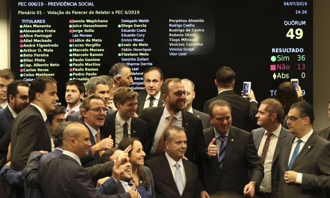 Deputados comemoram a aprovação do texto-base da reforma da Previdência Foto: Fabio Rodrigues Pozzebom / Agência Brasil