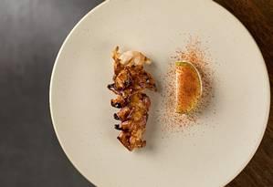 Oteque. Cavaquinha com maionese de peixe sem ovo e pó de tomate Foto: Rodrigo Azevedo / Divulgação