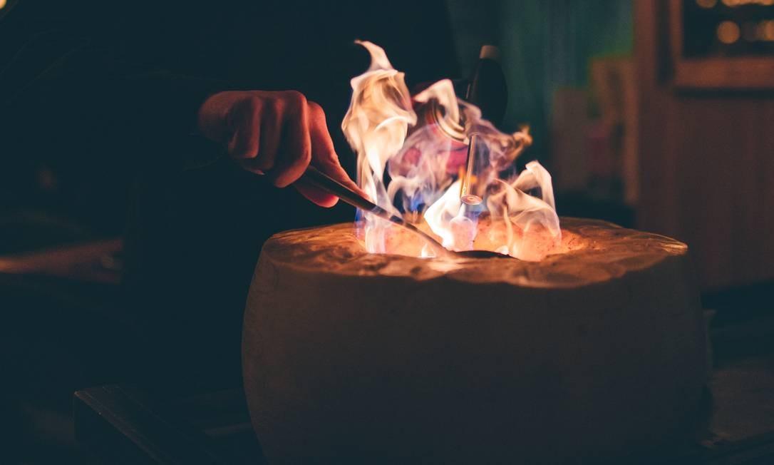 Chez Heaven. Carbonara finalizado com fogo no Gran Mestri, com farofa de brioche, com bacon, cebolete e uma gema de ovo caipira. Foto: Renata Cabral / Divulgação