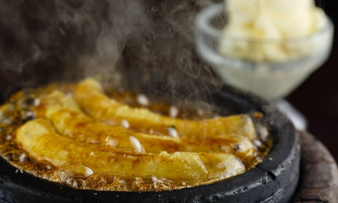 Churrasqueira. Banana caramelada, flambada com Cointreau, e servida com sorvete Foto: Bernardo Traad / Divulgação