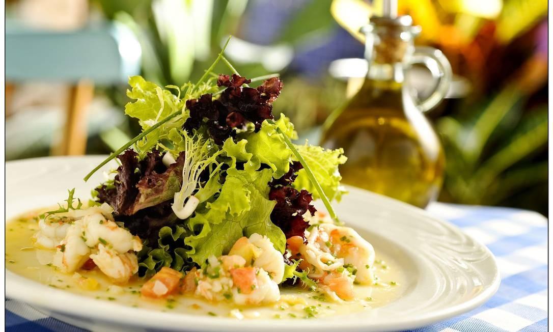 Le Vin. Salada com camarão flambado no licor Pernod, com endívia, alfaces, rúcula, manjericão, tomate concassé Foto: Tadeu Brunelli / Divulgação