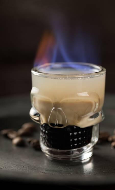 Mr. Lam. Hell's door: tequila Patron Café, Baileys e Cointreau, com o detalhe do copinho de caveira que vem pegando fogo Foto: Rodrigo Azevedo / Divulgação