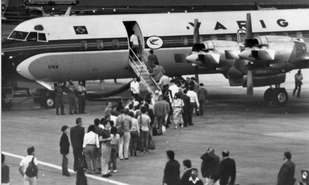 Nos primeiros anos, o embarque da Ponte Aérea Rio-SP era feito na pista. Hoje, há os chamados 'fingers', os túneis que conectam o terminal aos aviões Foto: Chiquito Chaves / Agência O Globo - 10/10/1989