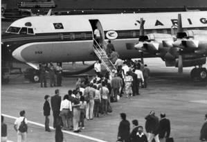 O avião Electra II, símbolo de quando o embarque da ponte aérea Rio-São Paulo era feito na pista Foto: Chiquito Chaves / Agência O Globo - 10/10/1989