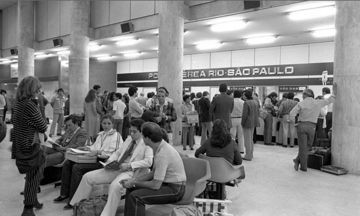 Em 5 de julho de 1959, três empresas se uniram e criaram um consórcio para fazer o trajeto Rio-São. Nascia assim a ponte aérea, que completa 60 anos em 2019. Na foto, o Santos Dumont Foto: Antônio Nery / Agência O Globo - 18/07/1980
