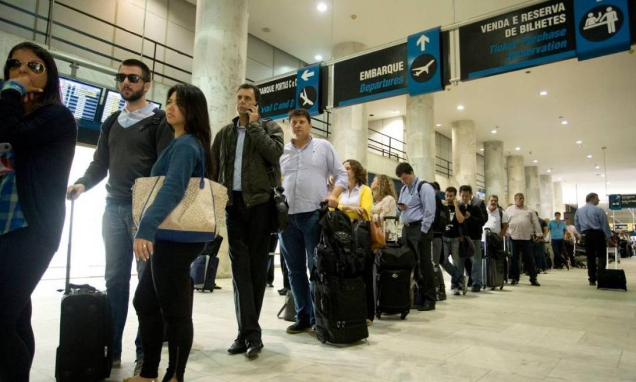 Embarque e desembarque no Aeroporto Santos Dumont na segunda-feira pela manhã, um dos dias de maior movimento Foto: Márcia Foletto -Agência O Globo