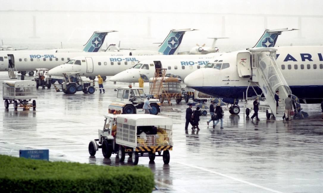 Cena comum: nevoeiro e mau tempo prejudicam pousos e decolagens da ponte aérea Foto: Domingos Peixoto / Agência O Globo - 01/10/1998