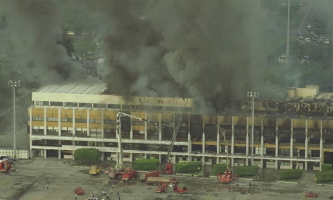 Incêndio atinge prédio do aeroporto Santos Dumont, no Rio, interrompendo o tráfego da Ponte Aérea. Foto: Ivo Gonzalez-Agência O Globo - 13.02.1998