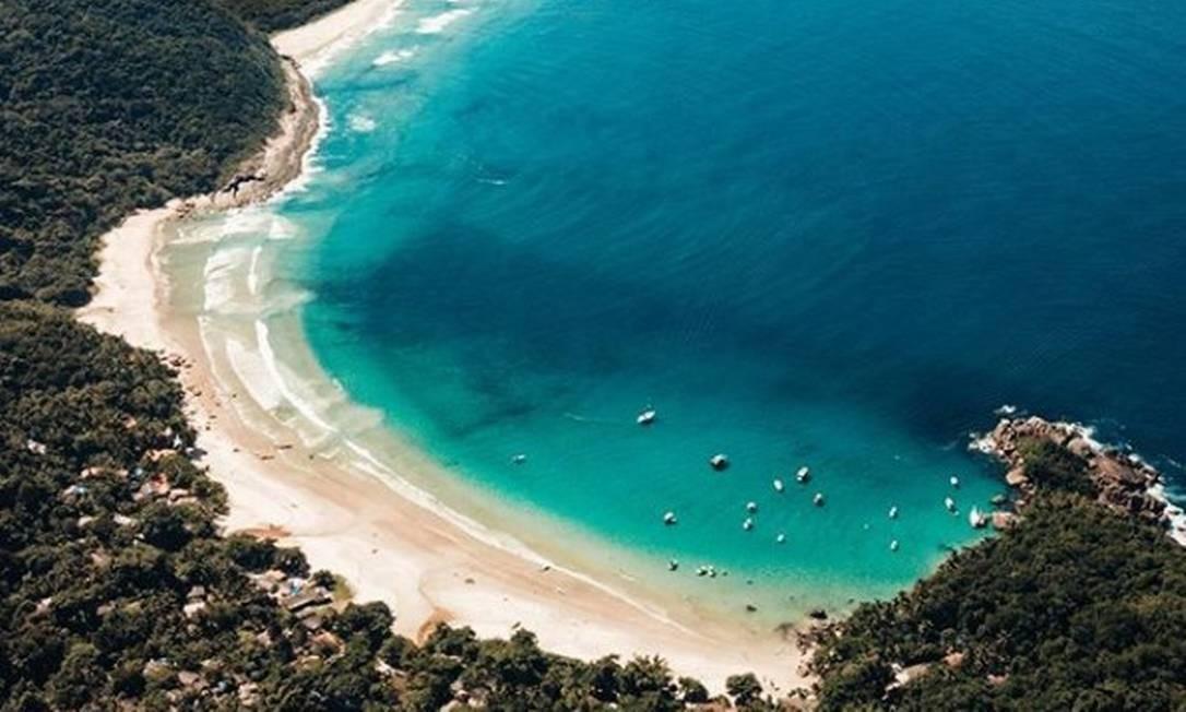 Mar azul na Praia do Aventureiro, na Ilha Grande Foto: Redes sociais