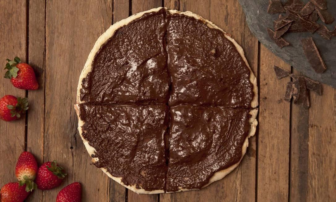 Dupla perfeita. Na Mamma Jamma, a pizza Delícia Cioccolato é preparada com chocolate meio amargo e morangos (R$ 32): é servida em massa dupla crocante aberta ao meio Foto: Divulgação/Camila Uchoa