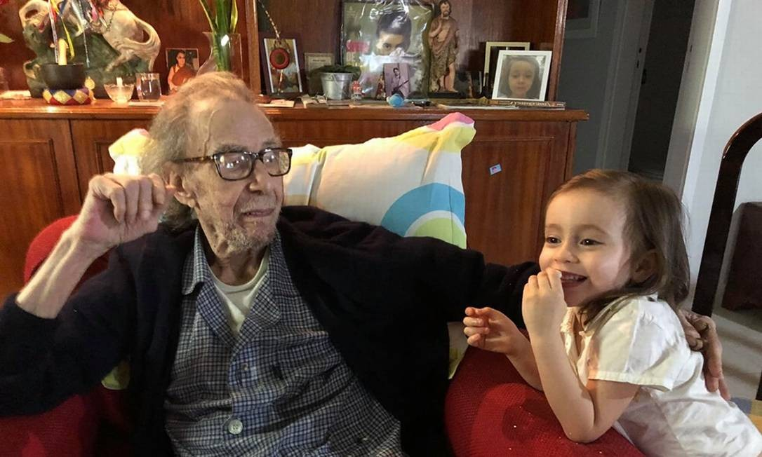 João Gilberto com a neta Sofia, de três anos, no apartamento do músico no Leblon Foto: Reprodução/Facebook Sofia Gilberto