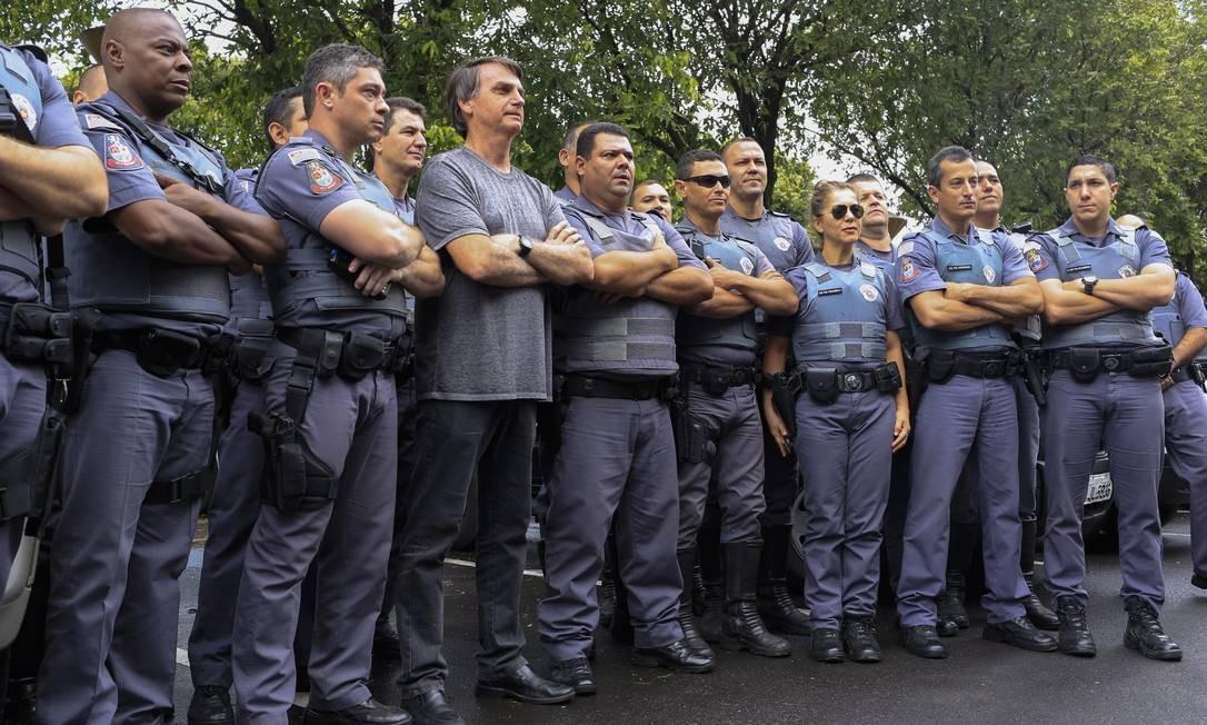 PA São José do Rio Preto (SP) 24/08/2018 - Jair Bolsonaro posa para foto com policiais no hospital base. Foto: Edilson Dantas / Agencia O Globo Foto: Edilson Dantas / Agência O Globo