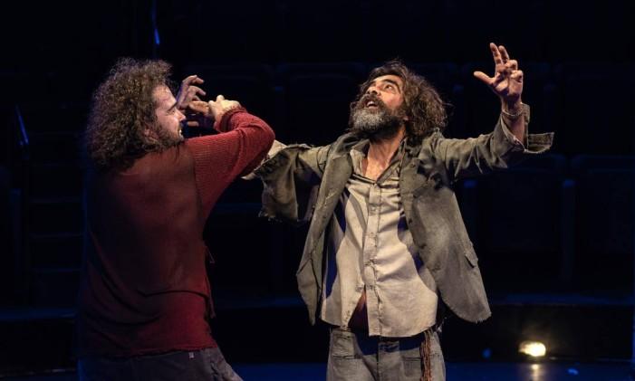 Os atores Kadu Garcia e Paulo Giannini interpretam homens que se encontram clandestinamente e iniciam caloroso debate Foto: Ricardo Borges / Divulgação