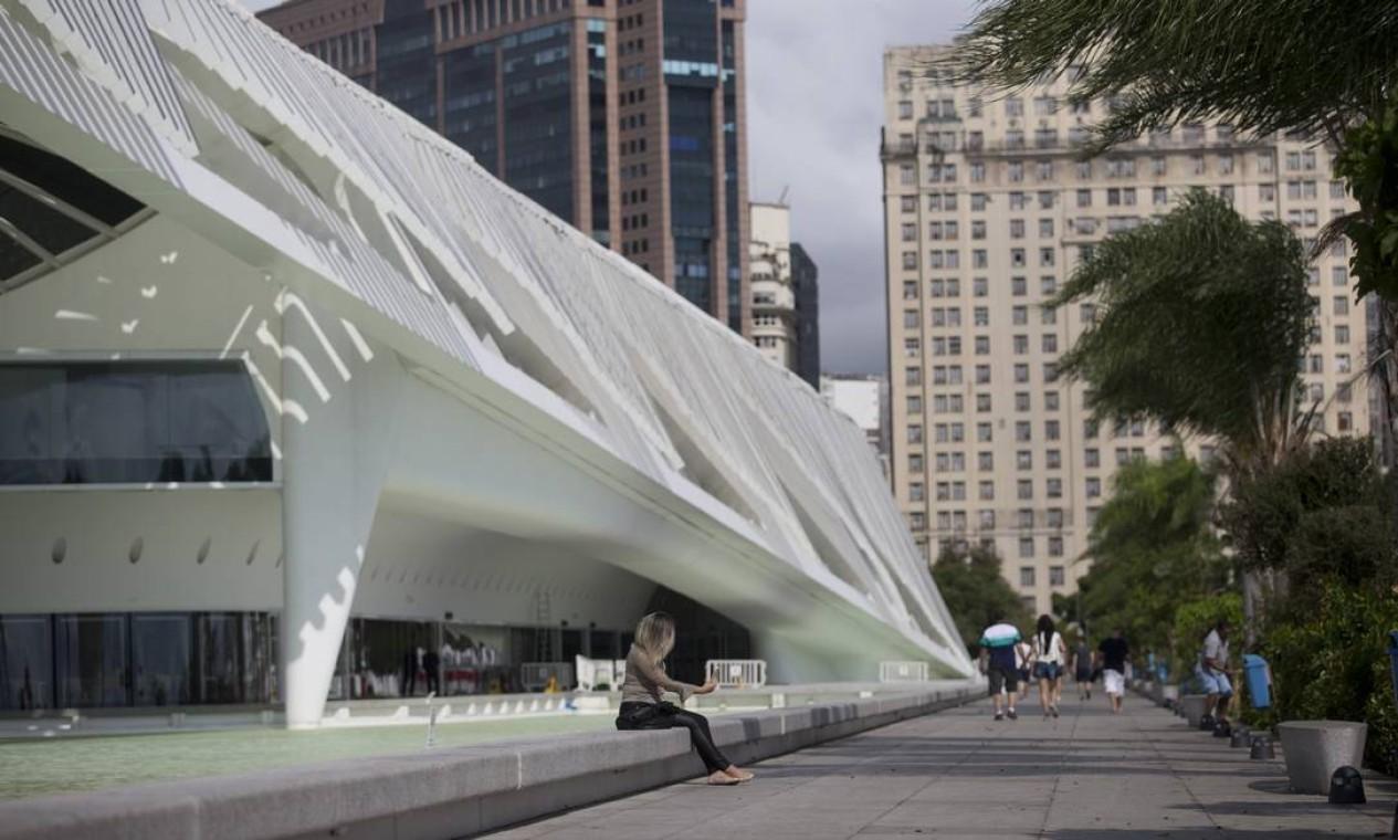 Praça Mauá: o calçadão junto ao Museu do Amanhã do espanhol Santiago Calatrava, que representa a arquitetura do século XXI Foto: Márcia Foletto / Agência O Globo