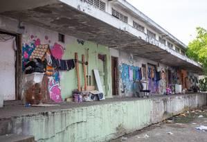 Imbróglio. Galpão atrás do prédio principal do mercado é ocupado por famílias: demolição depende de cessão Foto: Bruno Kaiuca / Agência O Globo