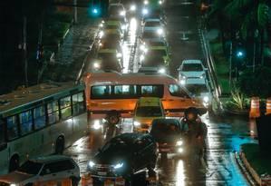 Motoristas sofrem com congestionamneto na Avenida Delfim Moreira: trajetos que eram feitos em minutos agora demoram mais de uma hora Foto: Marcelo Regua / Agência O Globo