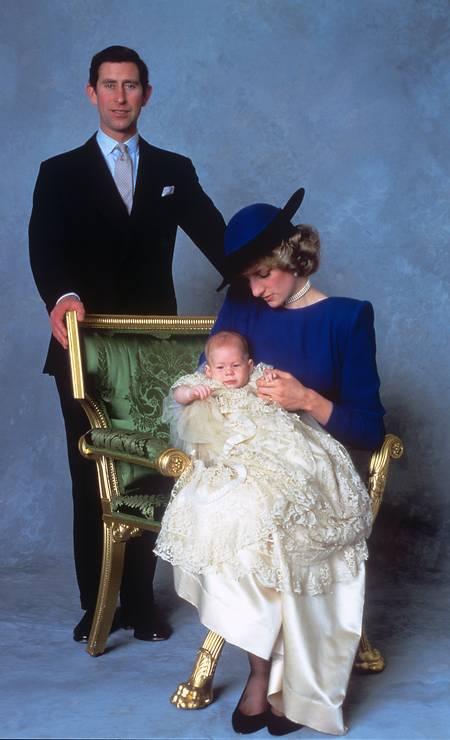 Aos 3 meses, Harry foi batizado. Na imagem, ele com os pais, o príncipe Charles e Diana Foto: PA Images / PA Images via Getty Images
