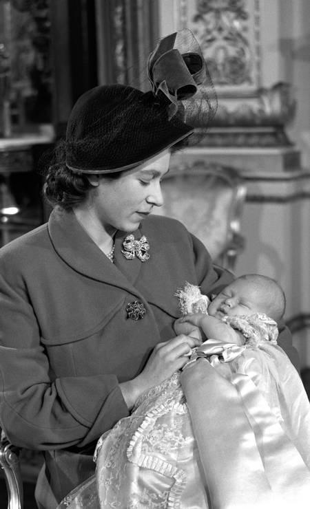 A rainha Elizabeth com o príncipe Charles em seu batizado. O clique foi feito no Palácio de Buckingham Foto: PA Images / PA Images via Getty Images