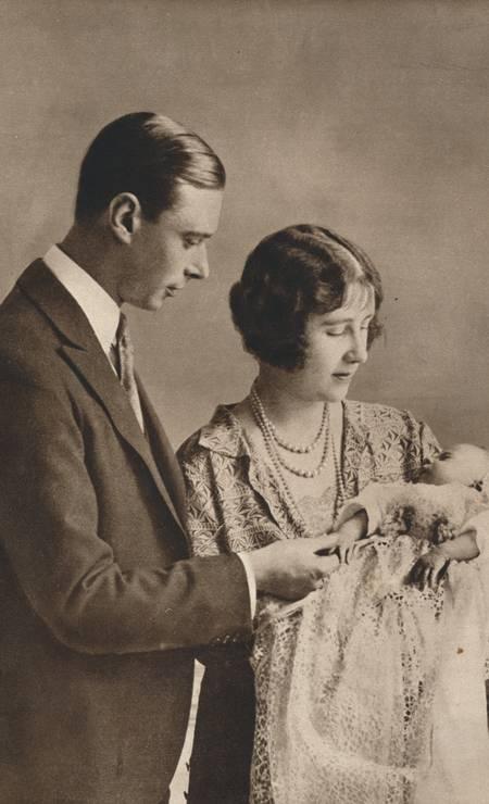 Imagem do batizado da rainha Elizabeth II, em 1926. No clique, ela aparece com os pais, o rei George e a rainha Elizabeth Foto: Print Collector / Getty Images