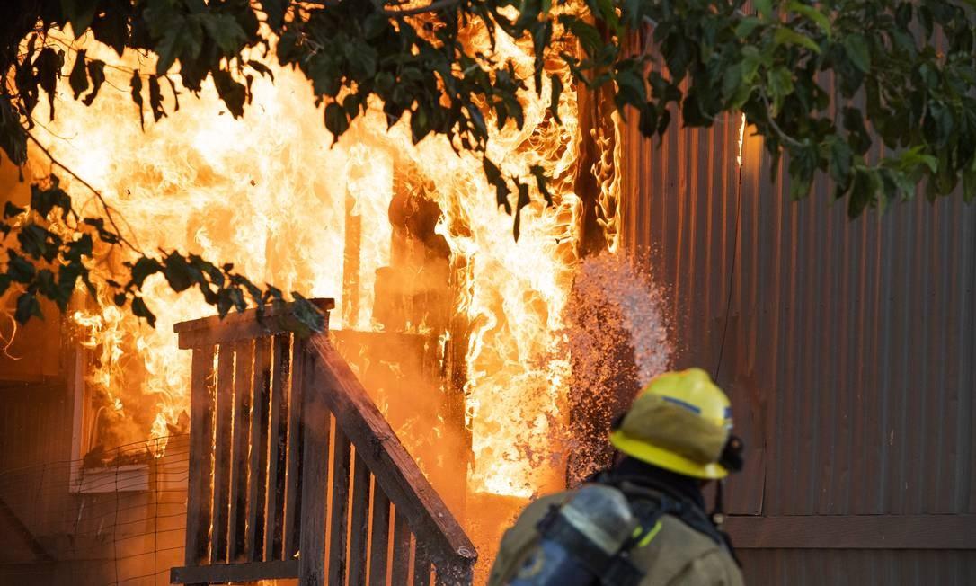Bombeiros batalham contra as chamas em locais afetados pelo terremoto. Ainda não há informações sobre possíveis vítimas ou feridos Foto: ROBYN BECK / AFP