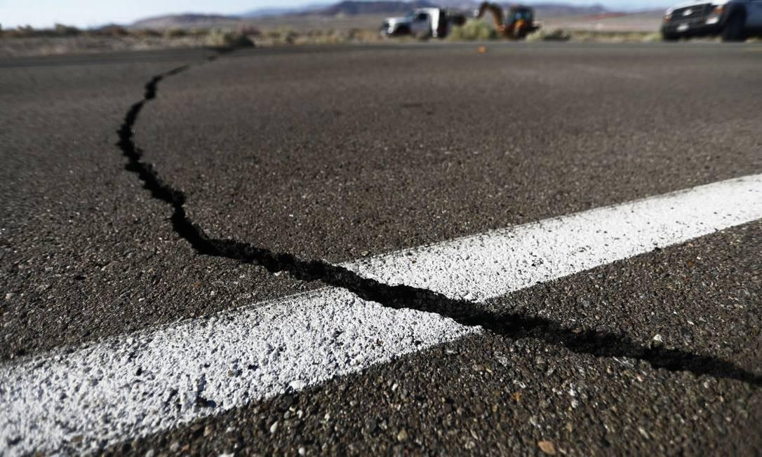 Chão ficou rachado em diversas estradas na Califórnia após os dois terremotos Foto: Mario Tama / Getty Images