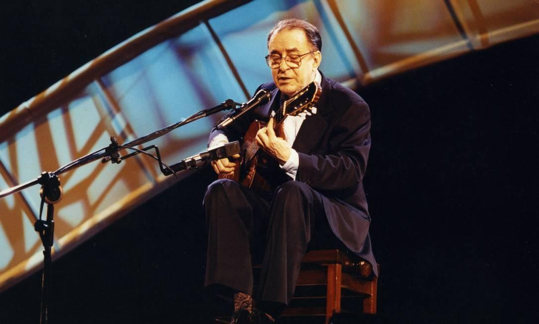 João Gilberto, na Gravação do programa Som Brasil, em 1995. Perfeccionista ao extremo, ele costumava interromper as apresentações se a plateia fizesse barulho ou mandar delisgar o ar-condicionado para não desafinar seu violão Foto: Ari Lago / Agência O Globo