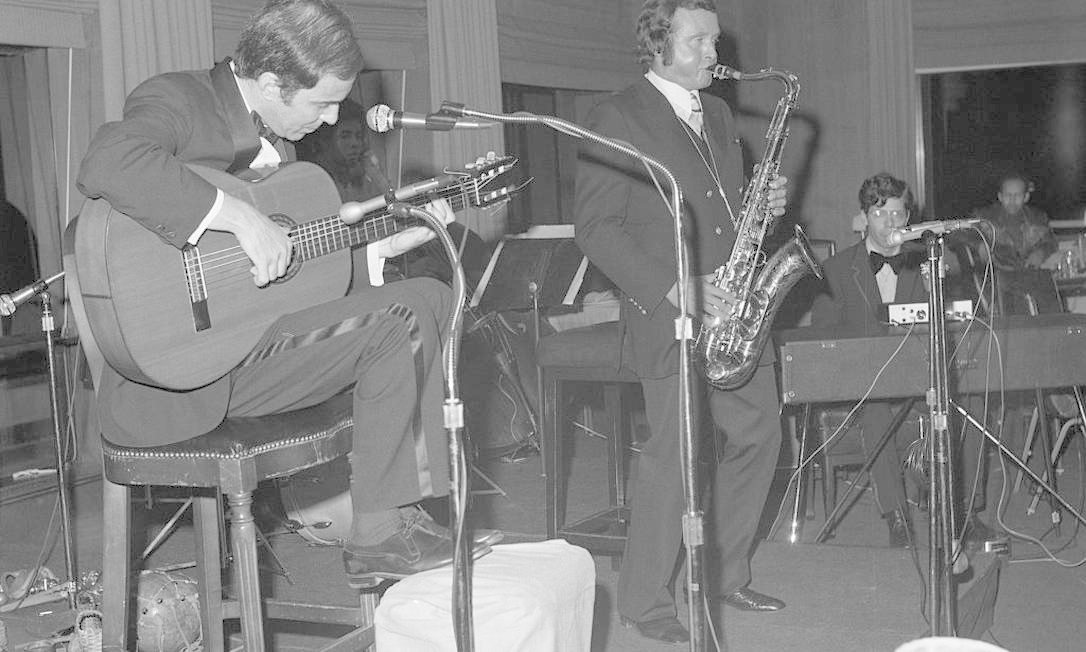 À esquerda, João Gilberto se apresenta com o saxofonista Stan Getz, no Rockefeller Center de Nova York, em 1972. A parceria entre os dois gerou o disco Getz/Gilberto, que foi premiado com o Grammy de disco do ano Foto: Bettmann / Bettmann Archive