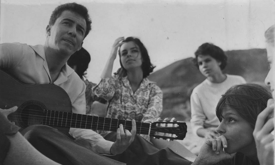 A explosão da Bossa Nova tornou o baiano João Gilberto uma figura de referência no Rio de Janeiro. Na foto de 1960, ele toca na praia com Nara Leão, musa do movimento Foto: Manchete