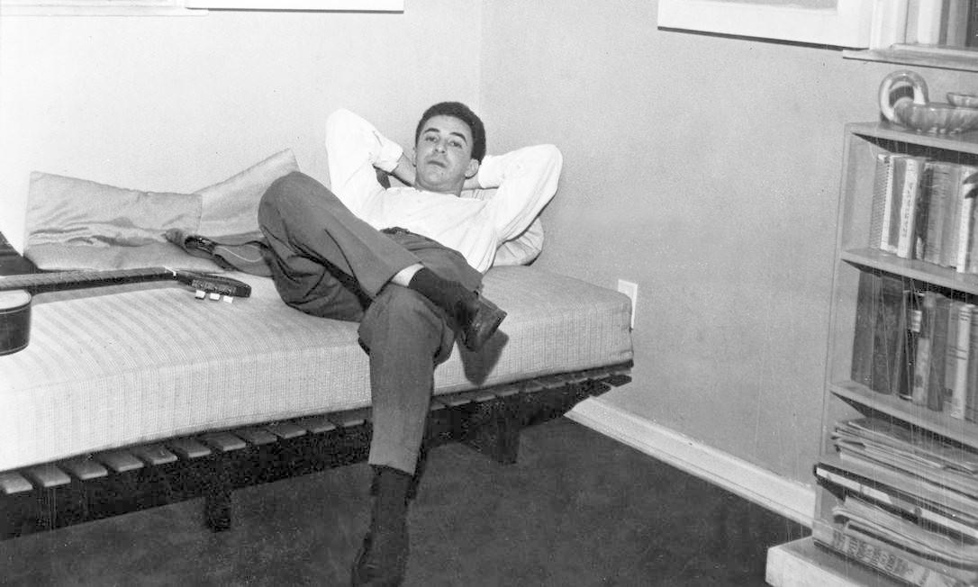 João Gilberto em Buenos Aires, 1962. O músico descansava após um dos trinta shows que fez no Clube 676, na capital argentina Foto: Editora Globo / Agência O Globo