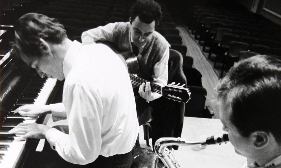 Tom Jobim, João Gilberto e Stanley Getz na passagem de som do antológico concerto da bossa nova no Carnegie Hall, em 1962 Foto: David Drew Zingg / Arquivo