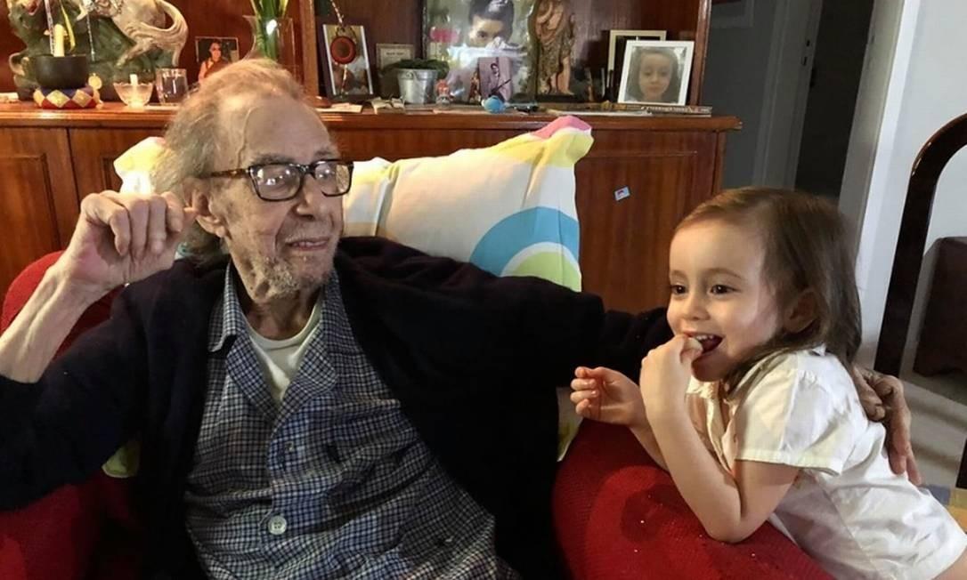 Última foto de João, no dia 12 de junho, com a neta Sofia. A imagem foi publicada na conta dela nas redes sociais Foto: Reprodução do Facebook