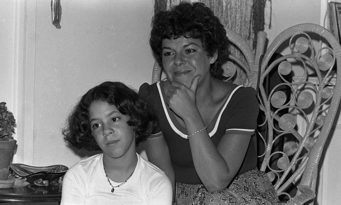 Miúcha, segunda esposa de João, com a filha do casal, Bebel. Filha do historiador Sérgio Buarque de Holanda e irmã do cantor Chico Buarque, ela era estudante quando conheceu o futuro marido, em 1963 Foto: José Vasco / Arquivo