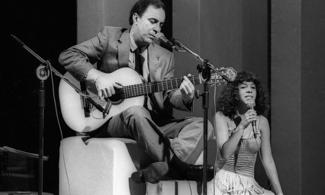 Em 1980, João Gilberto canta ao lado da filha Bebel, em gravação de especial para a TV Globo no Teatro Fênix Foto: Alcyr Cavalcanti / Agência O Globo