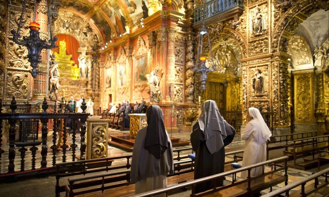 Mosteiro de São Bento: fundado no fim do século XVI, tem uma das mais belas igrejas do Rio (ao lado), talhada em dourado e onde predomina o barroco Foto: Márcia Foletto / Agência O Globo