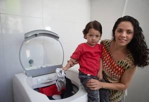 Dilene Alântara acumula a roupa da casa, incluindo a de Davi, de 2 anos, para reduzir o uso da lava-roupas: 136 litos de água gastos por ciclo de lavagem Foto: Roberto Moreyra / Agência O Globo