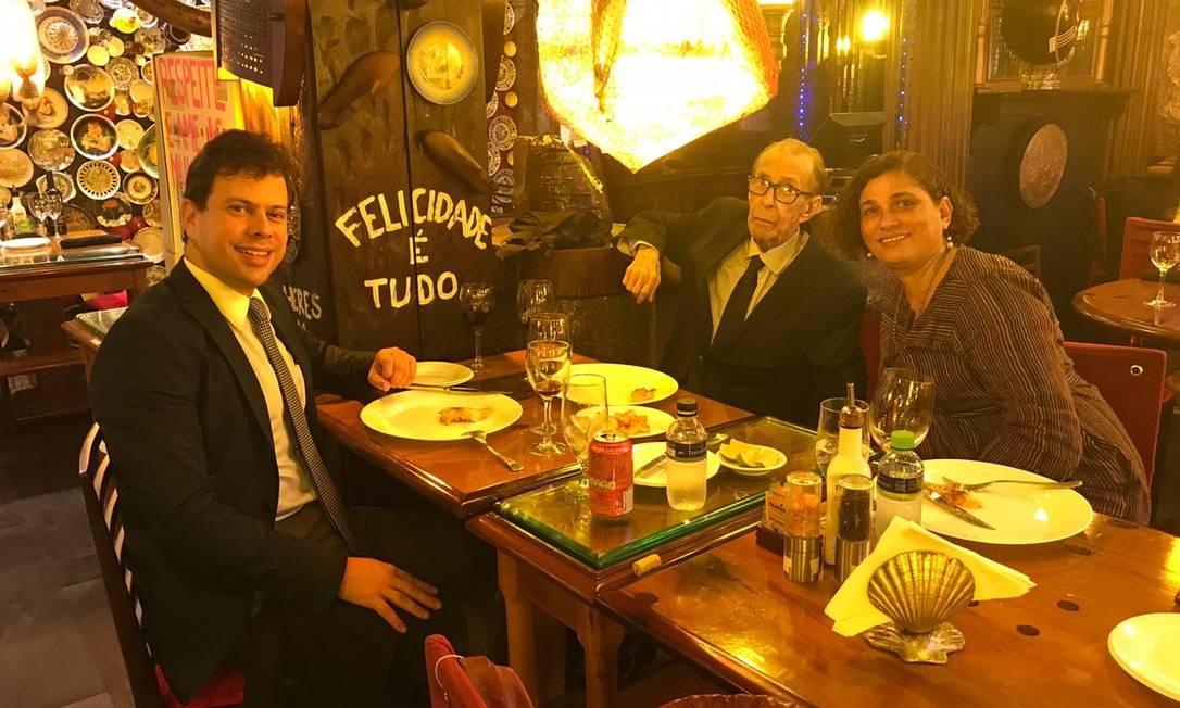 João Gilberto entre o advogado Gustavo Carvalho Miranda e a companheira Maria do Céu em churrascaria do Rio Foto: Arquivo pessoal / Divulgação