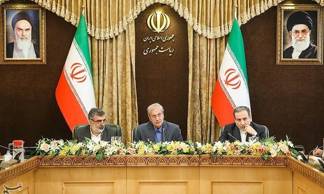 Abbas Araqchi (direita), ao lado do porta-voz da Companhiade Energia Atômica do Irã, Behrouz Kamalvandi, e o porta-voz do governo, Ali Rabiei, em coletiva em Teerã Foto: TASNIM NEWS AGENCY / REUTERS