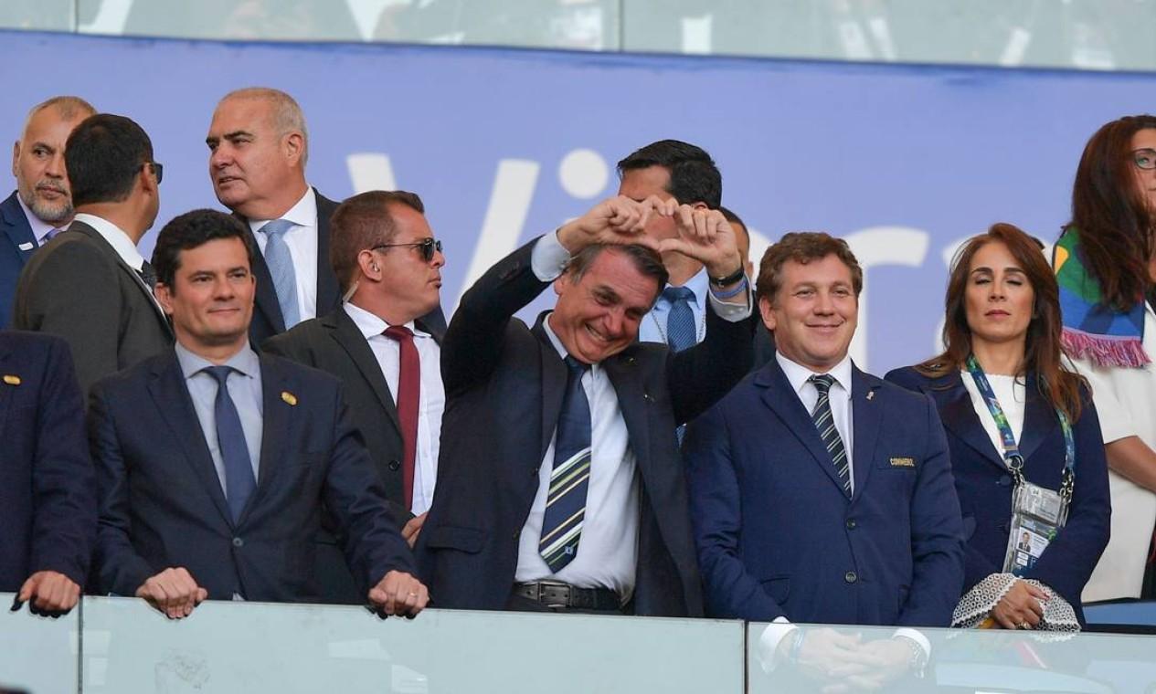 Em 'teste de popularidade', o presidente Jair Bolsonaro levou time de ministros, entre eles Sergio Moro, à tribuna do Maracanã, para a final da Copa América Foto: Carl de Souza / AFP - 07/07/2019